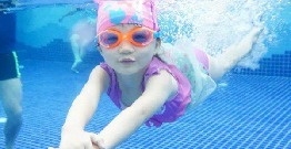 How should the baby swimwear when the baby swims choose?